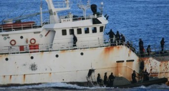 Australian Customs officials board illegal Patagonian toothfish poaching boat