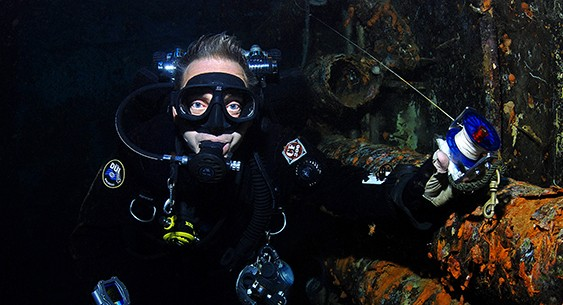 http://www.scubaverse.com/pitch-black-the-tdi-advanced-wreck-diver-course/